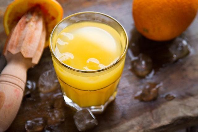 Suco Detox de limão, laranja e alface